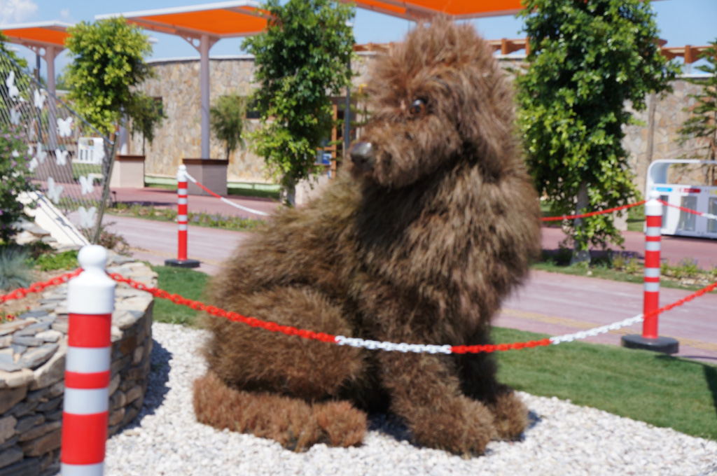 Двухметровая собачка из травы