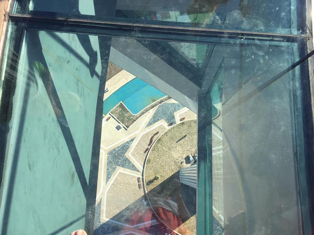 Стеклянная панель в полу башни - для любителей экстрима